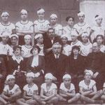 1933(il 7 Giugno-Squadra Dux 3° corso Avanguardisti.Da sx i proff. V.Gallerano,Pica,Cuiuli,il preside F.Bruno,Schiano,M.Tullio,dietro il prof.E.Borromeo con gli alunni(tra questi, Rugna,Peppino Cardamone,il futuro generale Graziani e Alessandro De Rosis)