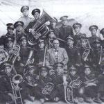 1935 La banda musicale diretta dal maestro Pasquale Martina(al centro, senza divisa) Al la sua dx, Antonio De Bartolo