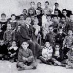 1922 Il prof. Battista Pisani con i suoi alunni della II elementare