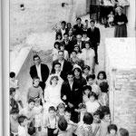 1966-Corteo nuziale in un vicolo di Falcone. Gli sposi Francesca Maiorana e Antonio Berardi