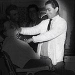 1965 Francesco Aversente nel suo salone in Via Roma