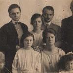 Scipione De Rosis(si vede a metà) con i suoi figli: Giovanni,Gaetano,Marianna,Francesca e la piccola Carolina