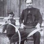 """1930 Il sarto Domenico Avolio davanti alla sua bottega col figlio Francesco(ai piedi della """"scalilla"""")"""