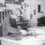 Anni '80 Micuccio De Luca a lavoro nella sua tipografia