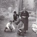 Anni '50 'ntra vinella i San Martino, da sx i ragazzi Giorgio Abbruzzese e Giuseppe Sabino, poi Teresa Longobucco e , col cappello, Arcangrelo Viteritti. A dx l'anziana Gelsomina Federico