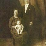 1925-Malvasi Giuseppina e Vivacqua Luciano Angelo(capo squadra delle ferrovie a Corigliano),con il loro primogenito:  Pasquale Vivacqua.  (foto inviata da Pina, figlia di  Pasquale, uno dei nove figli di Luciano)