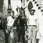 """anni '60 Giuseppe Melieni (""""zu Giuseppe 'u mulinari"""" )in un vicolo del centro storico"""