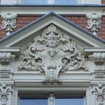 reich dekorierter Fenstergiebel