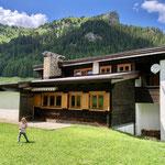 Das Haus liegt in Padaun mit dem Padauner Kogel im Hintergrund.