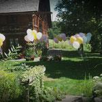Gartendekoration mit Heliumballons (hier Henslerhof Hinterzarten)