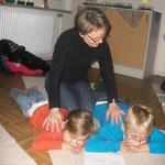 Eine Mutter verwöhnt ihre Kinder mit einer Massage
