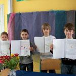 Die Schüler stellen ihre selbstgestalteten Bücher vor