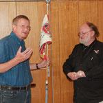 Siegfried Nicklas und Gerhard Plag mit der Fahne
