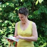 Landrätin Kirsten Fründt bei einem Blick in den Briefmarkenkalender des Verbandes