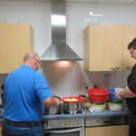 Franz-Josef Brand und Markus Holzmann in der Küche - Kartoffelsalat wurde produziert