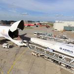 Ein Bauteil des A350 XWB wird in den Beluga eingeladen [Quelle: Airbus].