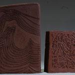 gravures sur terre, h : 15 et 10 cm