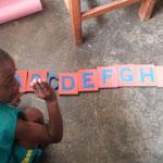 Zahara beim Lernen des Alphabetes