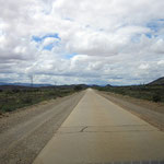 """""""Bundesstraße"""" mit Breite eines deutschen Feldweges inkl. Gegenverkehr - für hunderte Kilometer ;-)"""