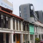 Tradionelle und moderne Architektur sieht man in Singaur oft nebeneinander.