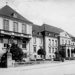 Ehemaliges Landratsamt: jetzt Kreisverwaltung  1911 als Amtsgebäude des Regierungspräsidenten des herzoglich-oldenburgischen Landesteils Lübeck, zu dem Ostholstein bis 1937 gehörte, erbaut