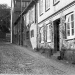 Wasserstraße 1: im Vorgängerbau des jetzigen Hauses lebte J. H. Voß 1782/83; die hygienischen Umstände vor dem Haus waren so schlimm, dass er mit dem Wegzug aus Eutin drohte, um eine bessere Wohnung zu erhalten