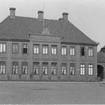 Herzogliches WitwenPalais: 1786 von Hofbaumeister Peter Richter im spätbarocken Stil erbautes Stadtschloss, ursprünglich für die Witwe des Fürstbischofs Friedrich August, die vor Fertigstellung verstarb.