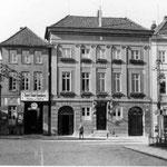 Rathaus: 1789 - 1791 von Hofbaumeister Peter Richter erbaut, erstes Gebäude in Eutin mit verputzter klassizistischer Fassade, wurde zum Vorbild für viele Fachwerkhäuser, bei denen in der Folgezeit die Straßenfront verputzt worden ist