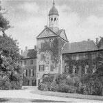 Schloss: Wohnschloss der Herzöge von Oldenburg, nach langjähriger Renovierung seit 1997 wieder als Museum zu besichtigen, der Schlossgarten ist einer der am besten erhaltenen Englischen Landschaftsgärten in Schleswig-Holstein