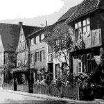 Stolbergstraße:  hier wohnten Vertreter der niederen und höheren Geistlichkeit, im 18. und 19. Jahrhundert auch bedeutende Persönlichkeiten und Künstler;Ostseite der Straße wurde von Stiftsherren und Hofbeamten bewohnt, die Westseite von Handwerkern.
