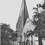 St.-Michaelis-Kirche: um 1200 erbaute dreischiffige Basilika, an der Nordseite außen ein Rauten- und Bogenfries, der eine enge Verwandtschaft zur Lübecker Bauhütte vermuten lässt; Turmhöhe 67 m, 1309 Erneuerung von Chor und Apsis in gotischem Stil