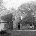 Kirchplatz: bis 1787 Friedhof der Stadt, aus Gründen der Hygiene und Stadtentwicklung auf Weisung Peter Friedrich Ludwigs vor die Tore der Stadt verlegt; in direkter Nachbarschaft wohnten Angestellte der Kirche mit ihren Familien.