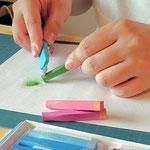 パステルを削り、パウダー状にして色を染めます