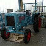 Noch wenige Handgriffe und der Traktor läuft wieder