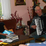 Tatjana kam im Juni 2013 und blieb 6 Wochen. Als sie erfahren hat, dass Jon Akkordeon spielt, musste er fuer sie spielen. // Tatjana came in June 2013 and stayed 6 weeks. After she heard that Jon played the accordion he was supposed to play for her.