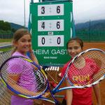 Steffi und Alina freuen sich über einen Zweisatz-Sieg im Doppel