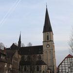 durch den Abriss eines Altbau eine vollkommen neue Perspektive auf unsere Basilika inmitten des Dorf  Foto: Bernadette FS