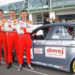 Das dmsj Youngster-Racing-Team 2015 (v.l. Daniel Engl, Niklas Meisenzahl, Felix Günther) neben dem Einsatzfahrzeug, der BMW 325i von Sorg Rennsport! © Jörg Ufer