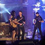 Emily Barker im Duett mit Chuck Ragan und Geiger Jon Gaunt