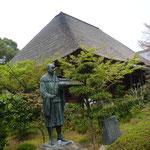 良寛さんの銅像と本堂