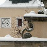 Voluten am Kirchhofsportal und Blick auf die Kirchenuhr von Maxen. Foto: © M. Simon