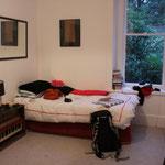 Mein Zimmer mit ganz vielen verrückten Musikinstrumenten bei Debbie Pope
