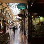 Die Strand-Arcades mit dem Antiquitätetn-Eckgeschäft