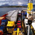 Fischerboote bringen und holen Waren an der Navimag...