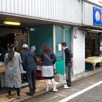 瀬戸鮮魚本店さんの名物「てんぷら」。おいしそうです。