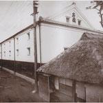 明治40年代、酒蔵が新築・落成した頃の写真。蔵のところには道が広げられている。手前の家には人力車が入っている。