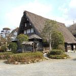 民家村自然公苑。日本各地の「古民家」が移転・復元されています。写真は富山県の合掌造り民家。民家のまわりは菖蒲(しょうぶ)園となっており、毎年6月ごろには菖蒲(しょうぶ)祭りで賑わいます。