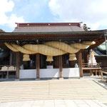 宮地嶽神社。大注連縄・大太鼓・大鈴という、3つの「日本一大きな」シンボルが目玉。お正月には100万人以上もの参拝客で大変賑わいます。ちなみに、YUIのMuffler(GLORIAのカップリング曲)の歌詞&PVに登場します。