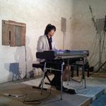 蔵カフェでのコンサート。ピアノの引き語りの様子です。