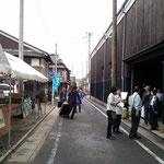 蔵カフェ入口の様子。入口前にも多くの出店者の方が集まり、大変賑わいました。